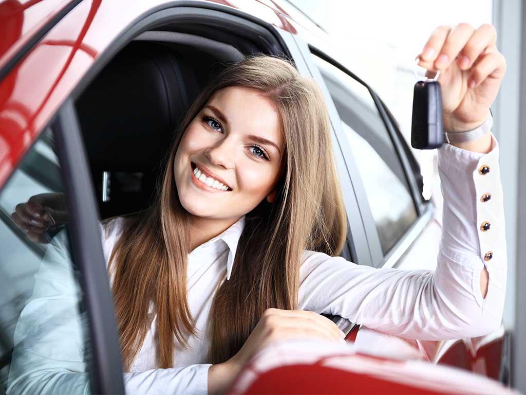 Schlüsselübergabe Autoankauf Kanton Zürich junge Frau im Auto